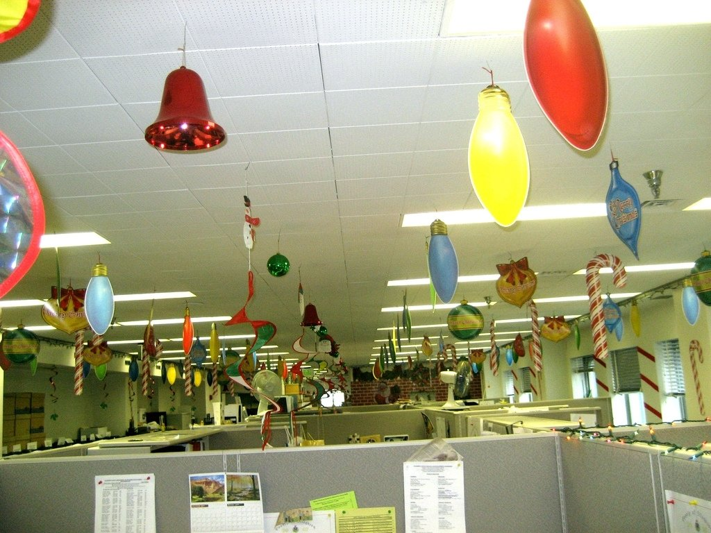 10 Fabulous Christmas Decorating Ideas For The Office 40 office christmas decorating ideas all about christmas 1 2020