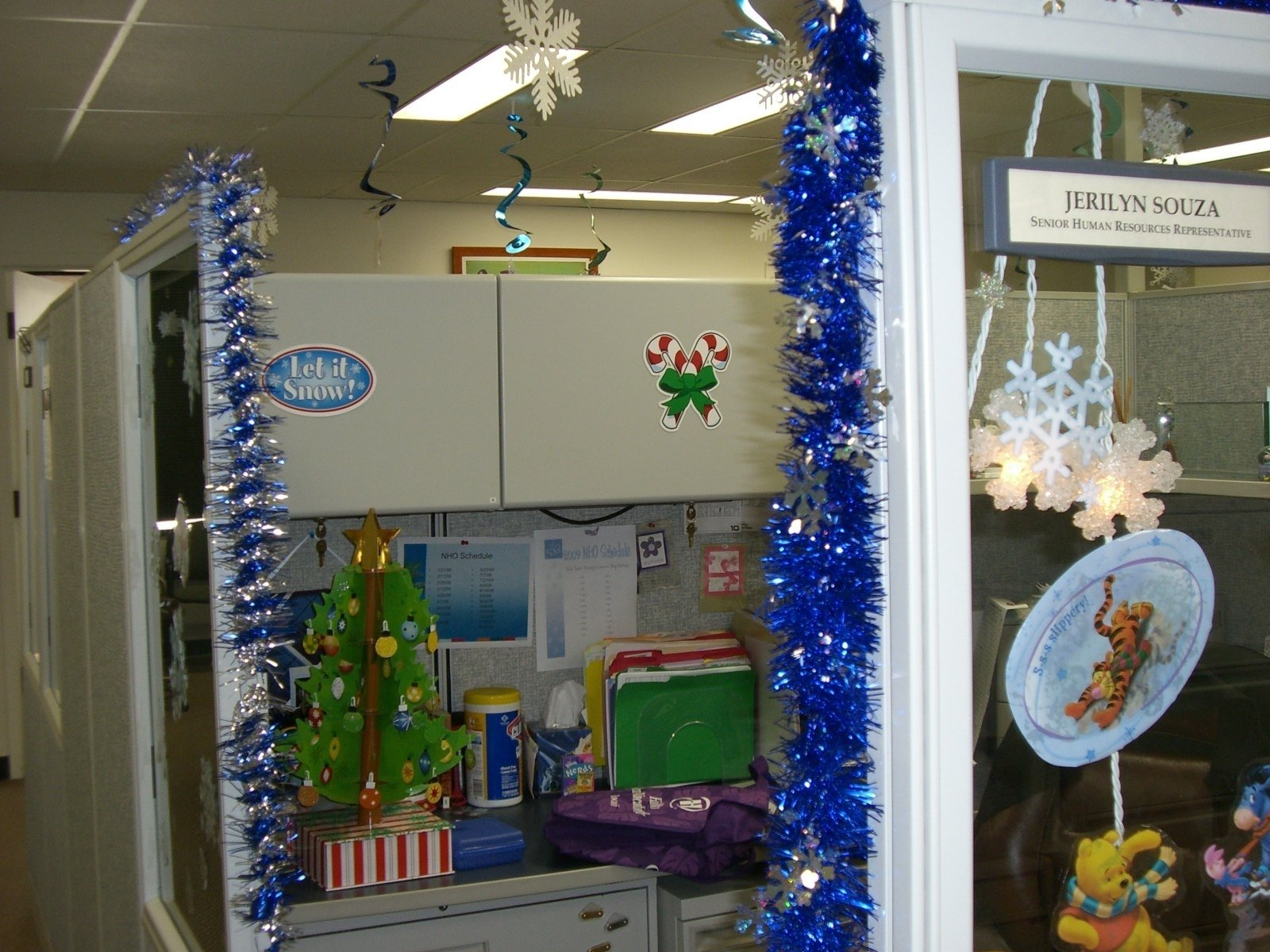 10 Fabulous Christmas Decorating Ideas For The Office 40 office christmas decorating ideas all about christmas 2 2020