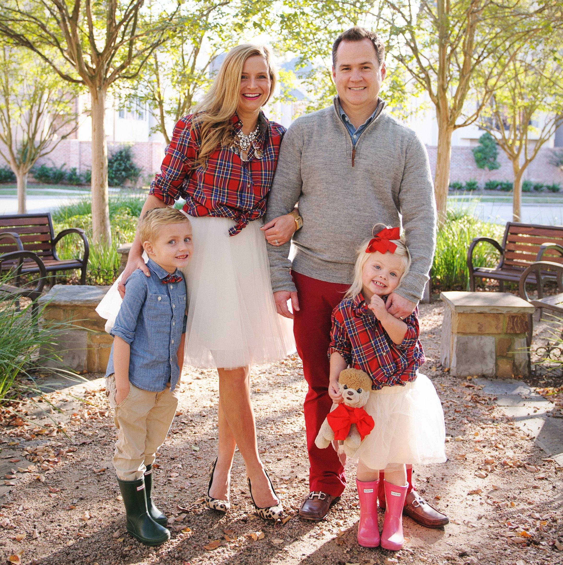10 Most Popular Family Christmas Picture Outfit Ideas 6 families who nailed color coordinated portraits huffpost 4 2020