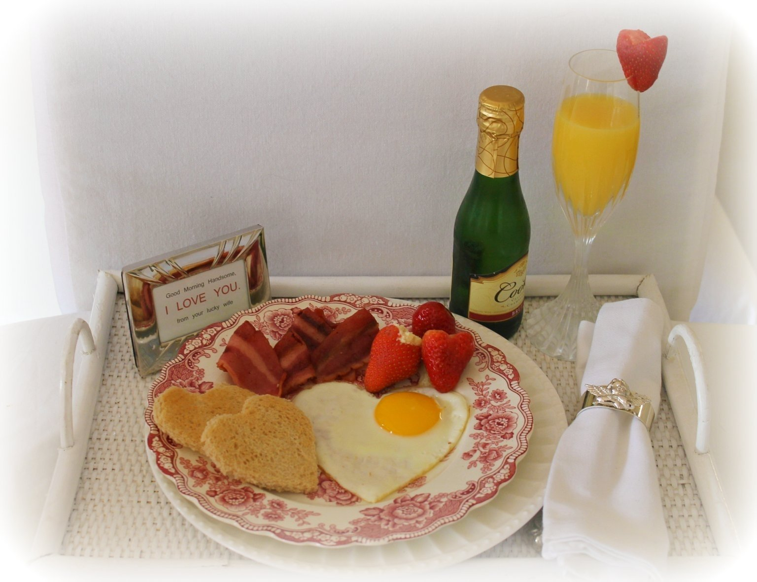 10 Gorgeous Romantic Breakfast In Bed Ideas 6 ideas for romantic birthday gift for your girlfriend birthday 1