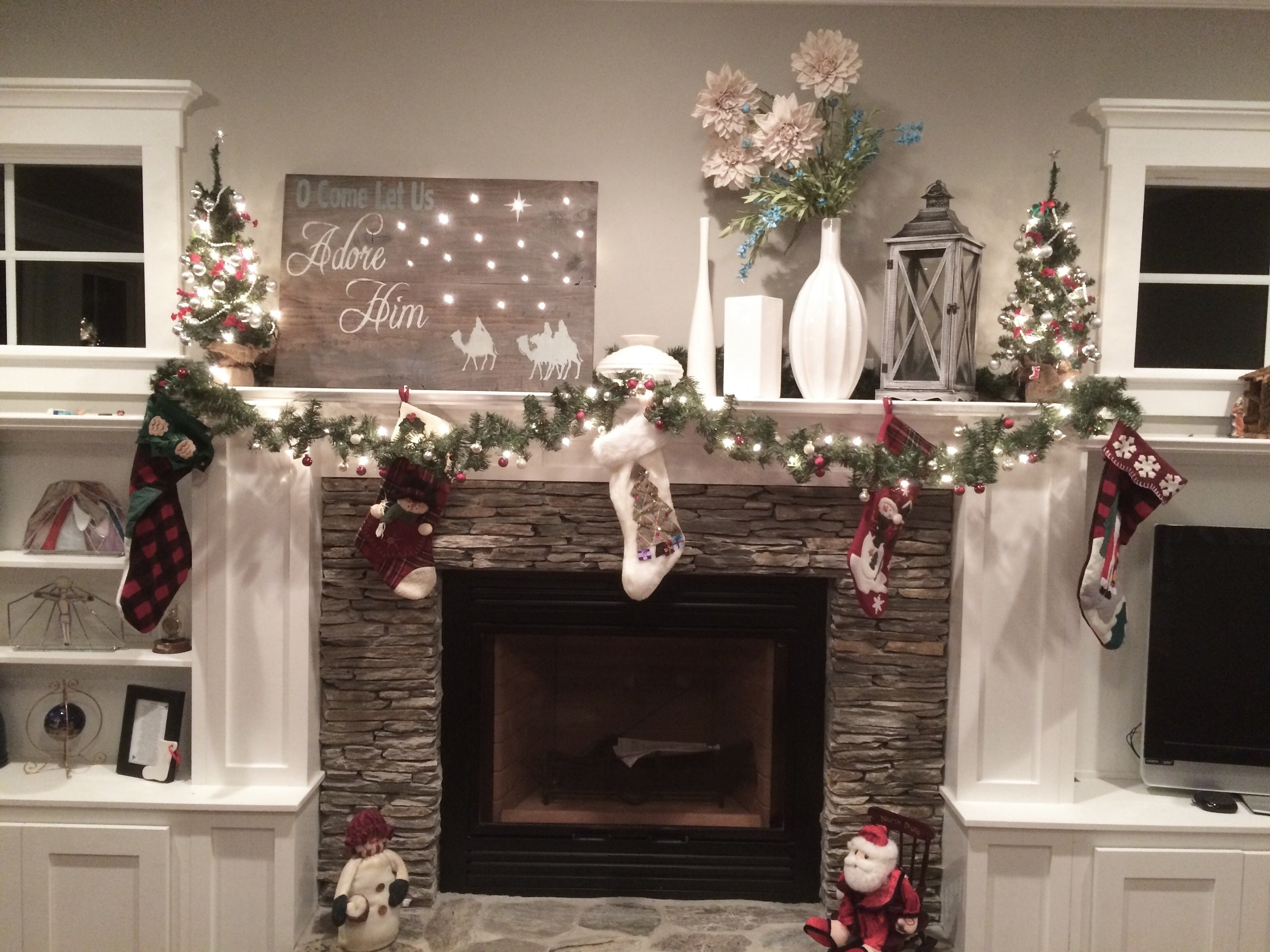 Excellent 10 Pretty Fireplace Mantel Christmas Decorating Ideas Photos Home Interior And Landscaping Mentranervesignezvosmurscom