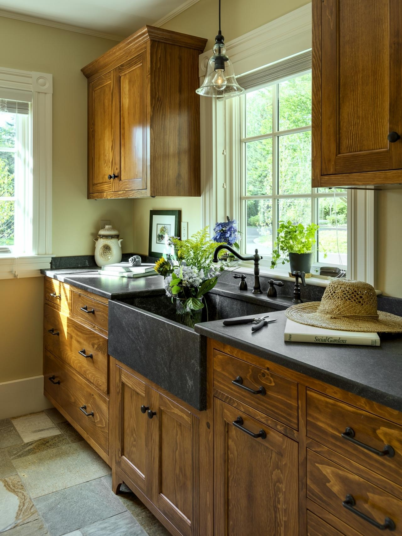 10 Pretty Kitchen Paint Ideas With Dark Cabinets %name 2020