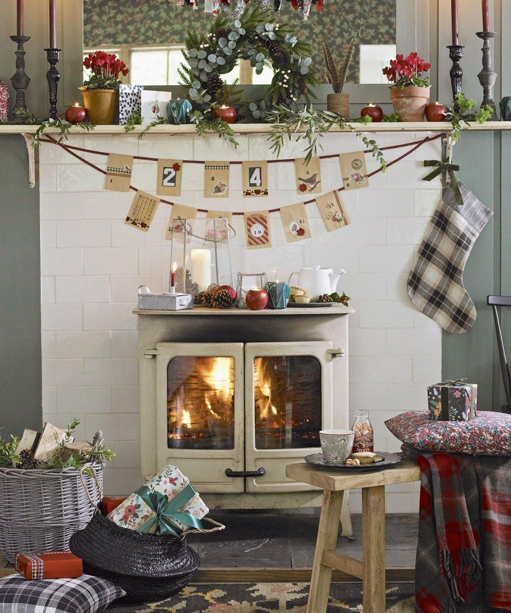 10 Stylish Christmas Living Room Decorating Ideas christmas living room decorating ideas to get you in the festive spirit 1