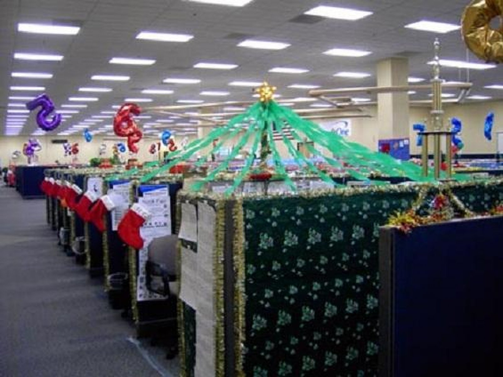 10 Fabulous Christmas Decorating Ideas For The Office christmas office christmas decorations ideas 2020