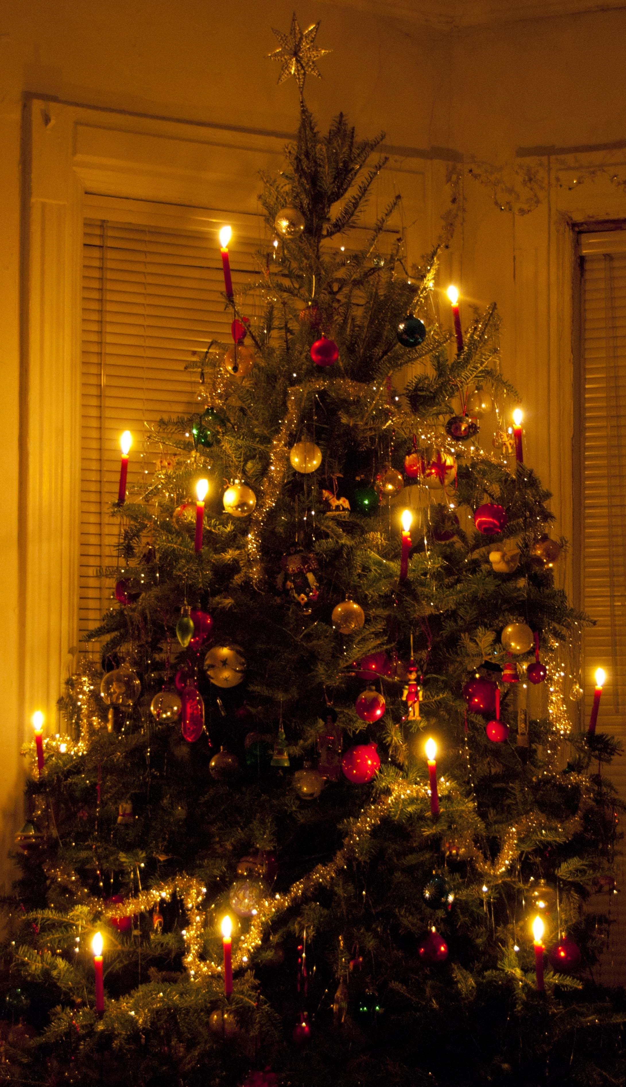10 Beautiful Old Fashioned Christmas Decorating Ideas christmas tree light the old fashioned way wind against current 2020