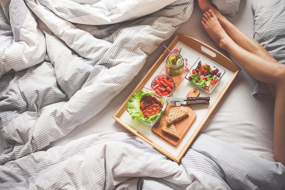 10 Gorgeous Romantic Breakfast In Bed Ideas %name
