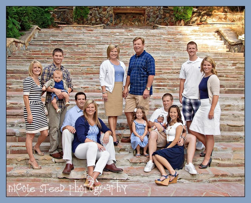 cute extended family pose | what to wear for family photos | blue