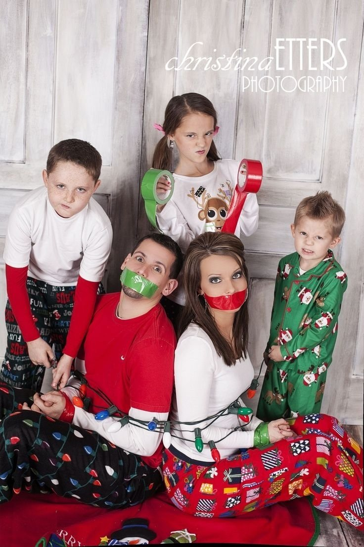 cute family christmas photo, kids take parents hostage | photo ideas