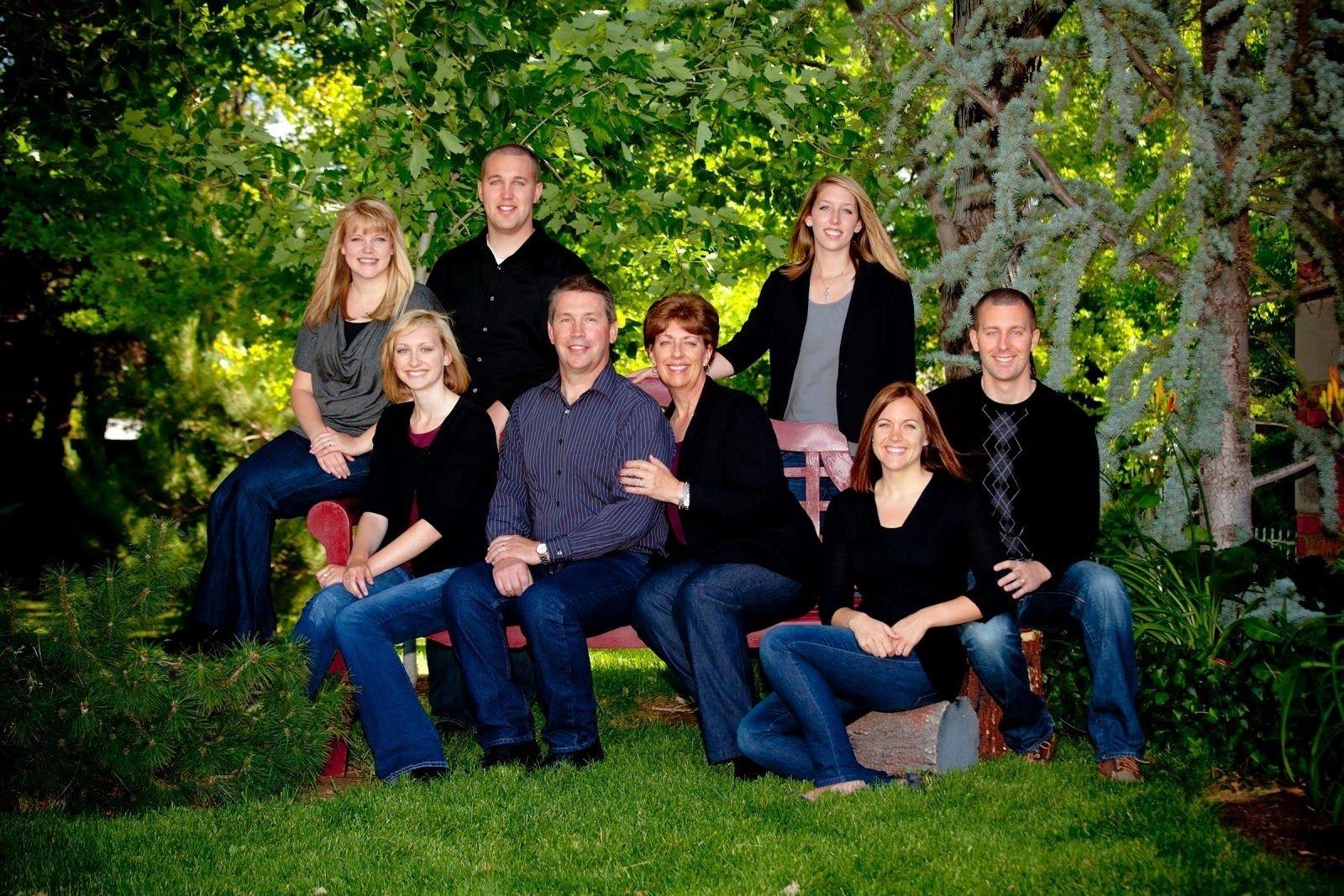 10 Attractive Outdoor Family Photo Shoot Ideas cute outside family photo ideas ideas family photography ideas 1 2020