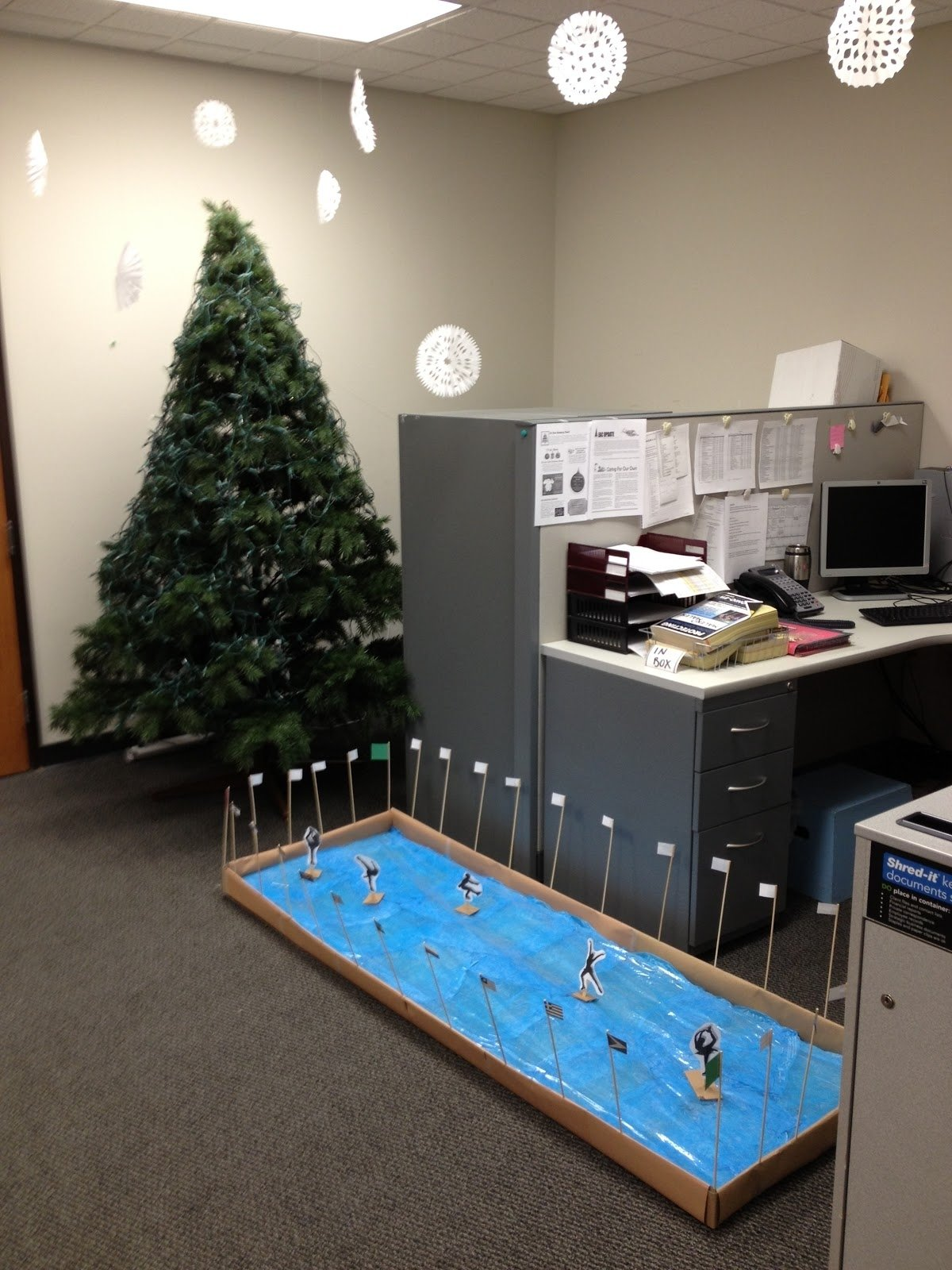 10 Fabulous Christmas Decorating Ideas For The Office decorating the office for christmas decor creative your corporate 2020