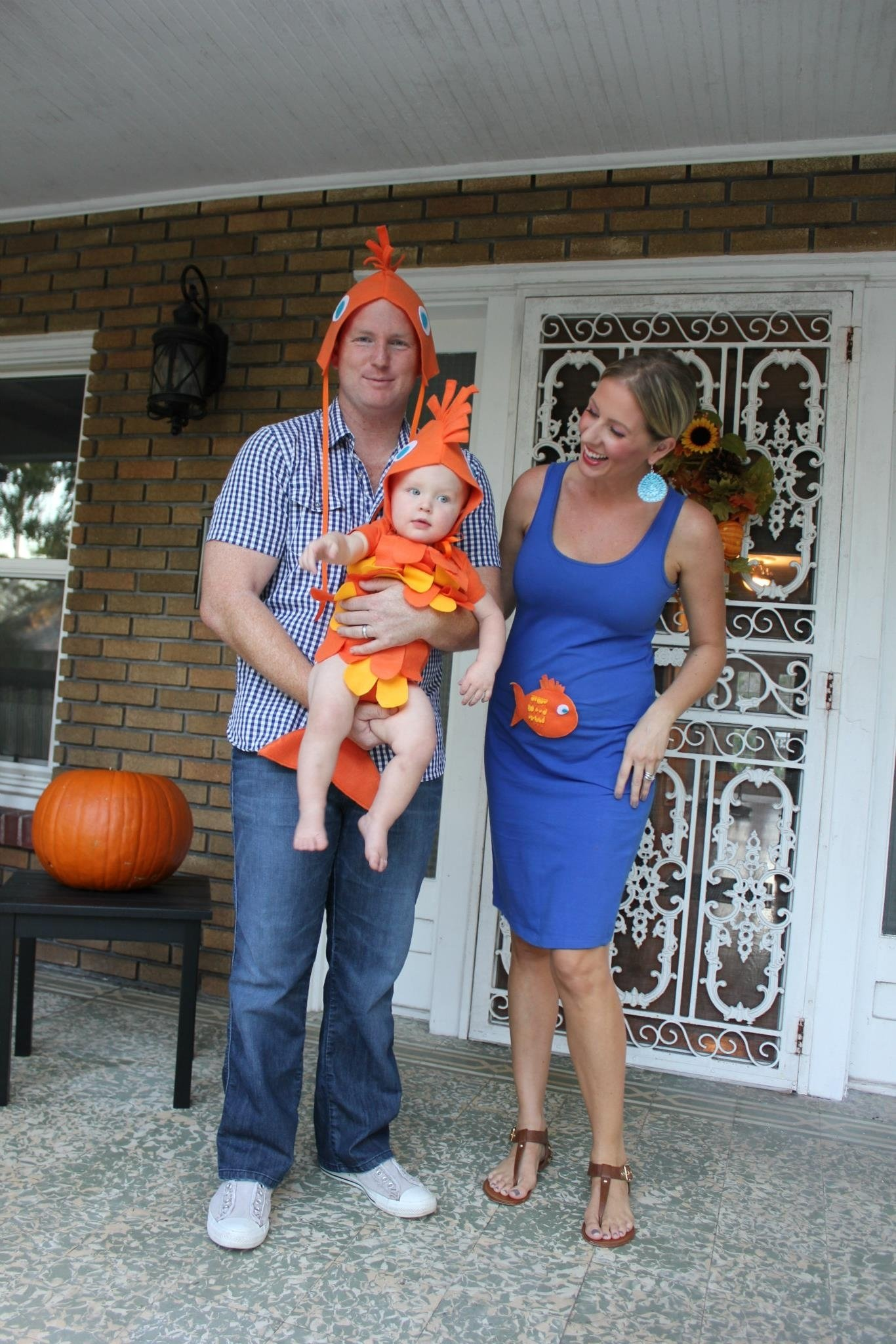 10 Perfect Halloween Costume Ideas For Pregnant diy fish costume for the family no sewing 11