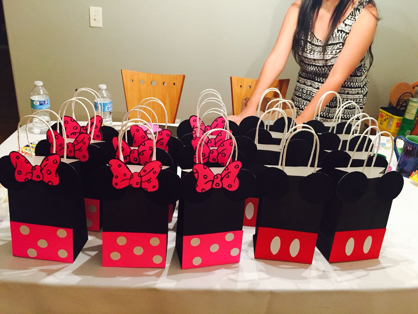 10 Pretty Minnie Mouse Candy Bag Ideas diy mickey and minnie mouse goodie bags 1stbirthday apple party 2020