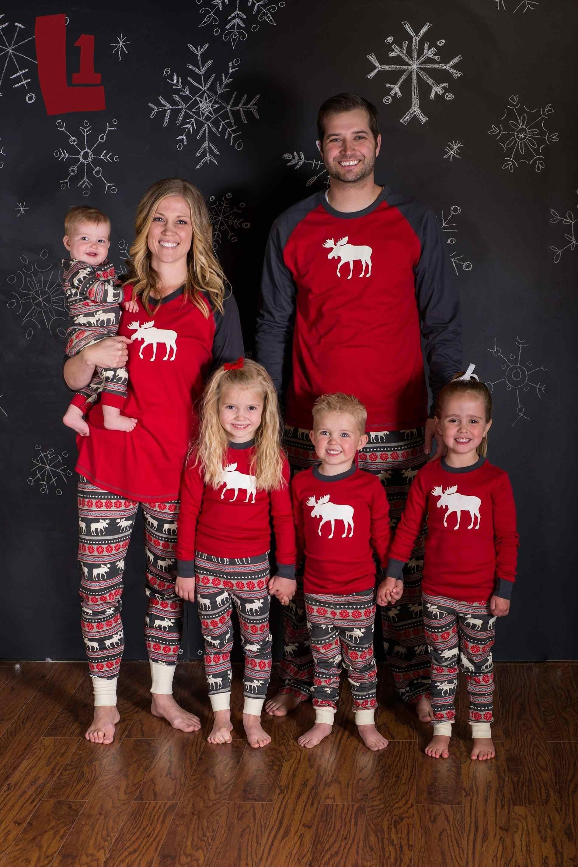 10 Elegant Ideas For Family Christmas Pictures family christmas picture ideas portrait fashion commercial