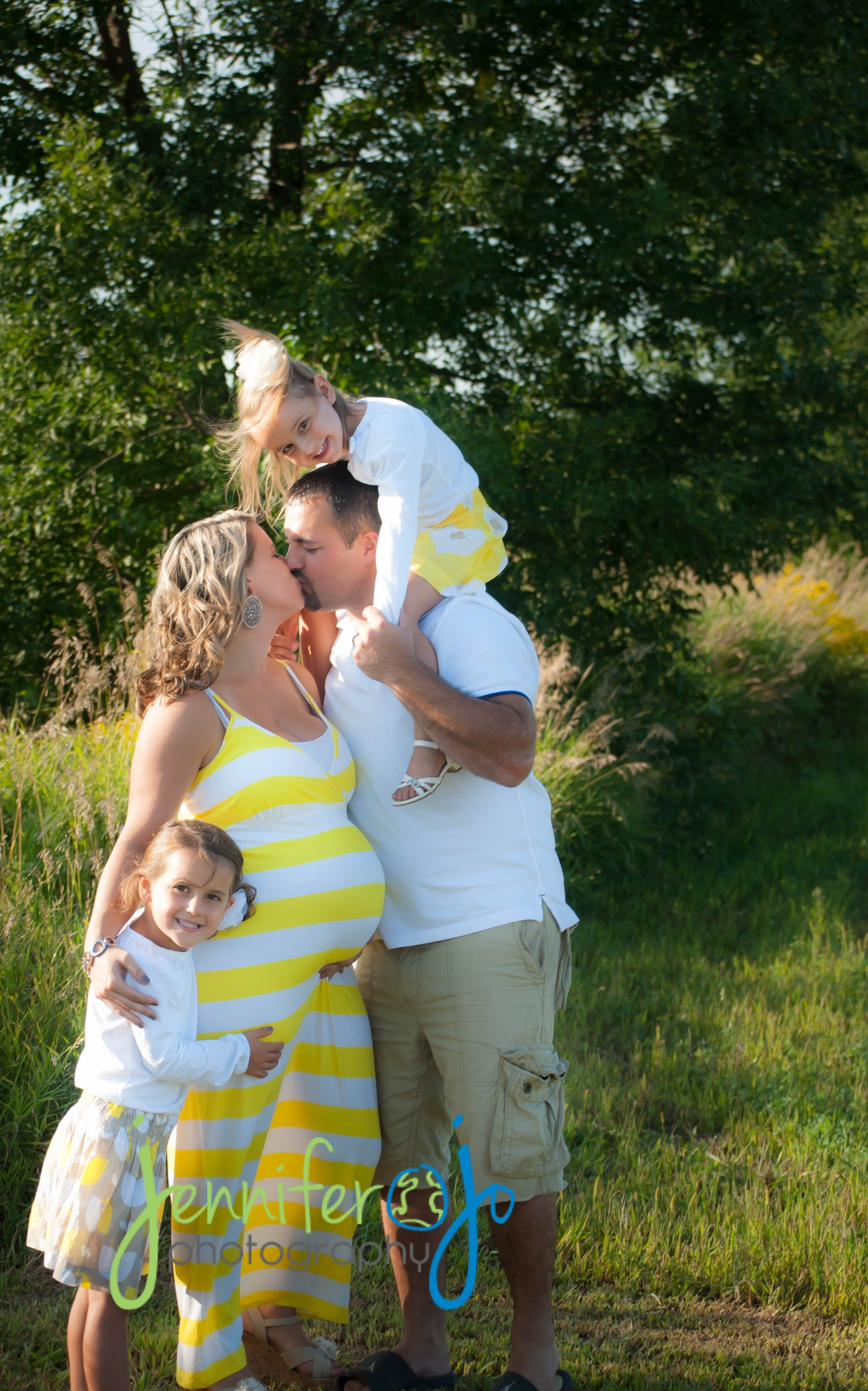 family maternity photo- wish we would have done this one! | totally