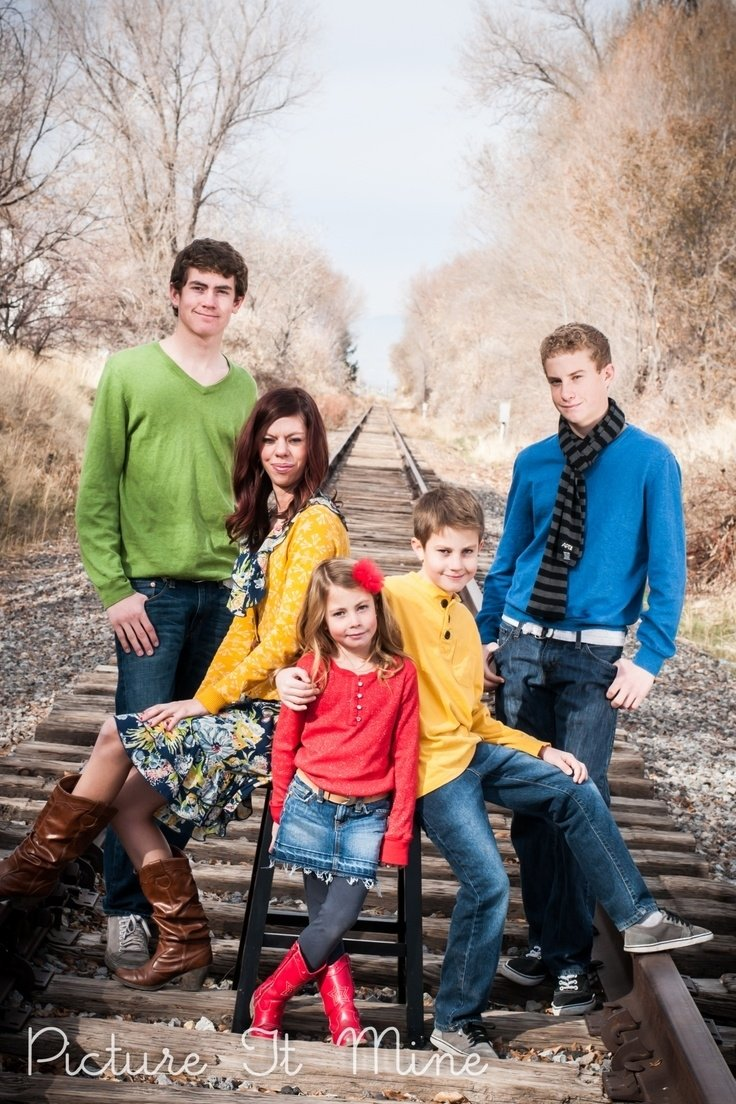 10 Lovable Color Ideas For Family Pictures family photography poses ideas family portraitspicture it mine