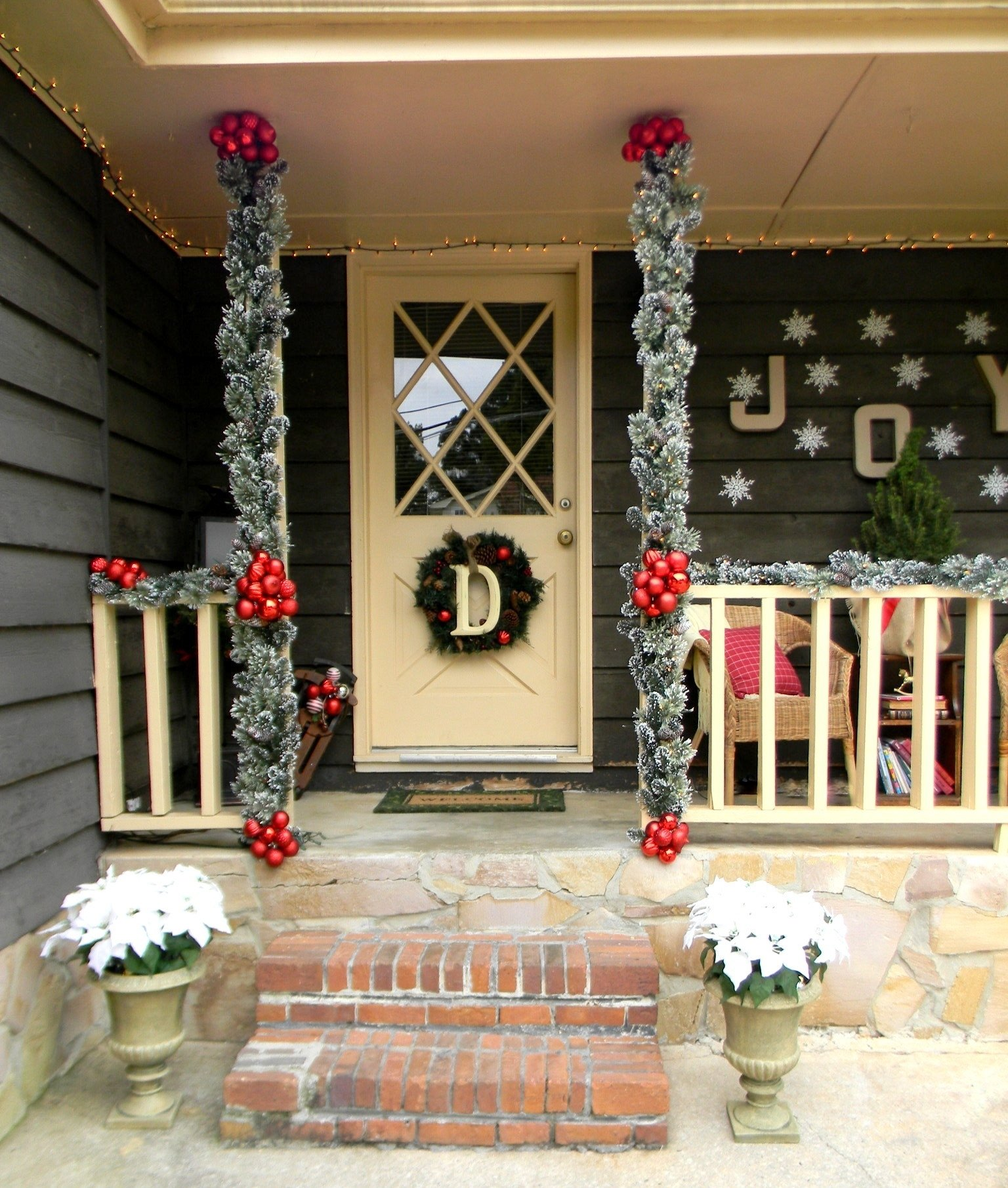 10 Lovable Christmas Front Porch Decorating Ideas front porch christmas decorating ideas country christmas 1 2020