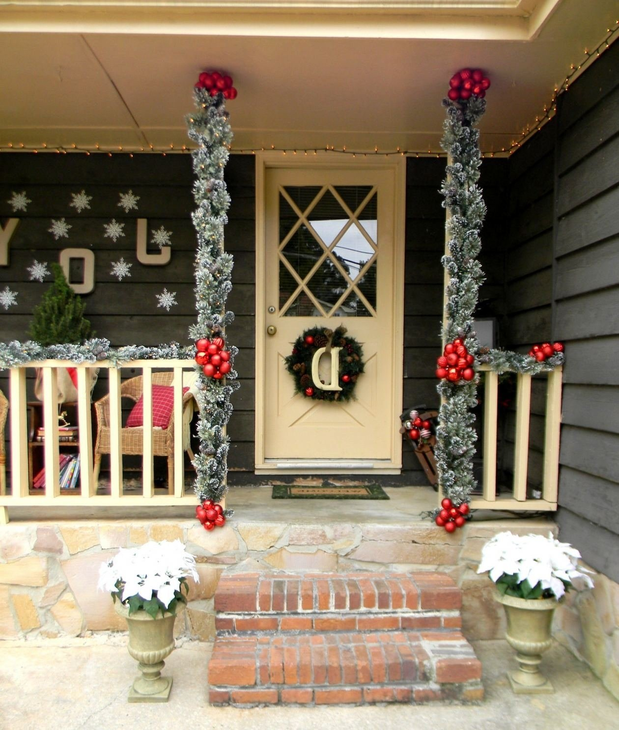 10 Nice Front Porch Christmas Decorating Ideas front porch christmas ideas 3 front porch christmas decorating 2020