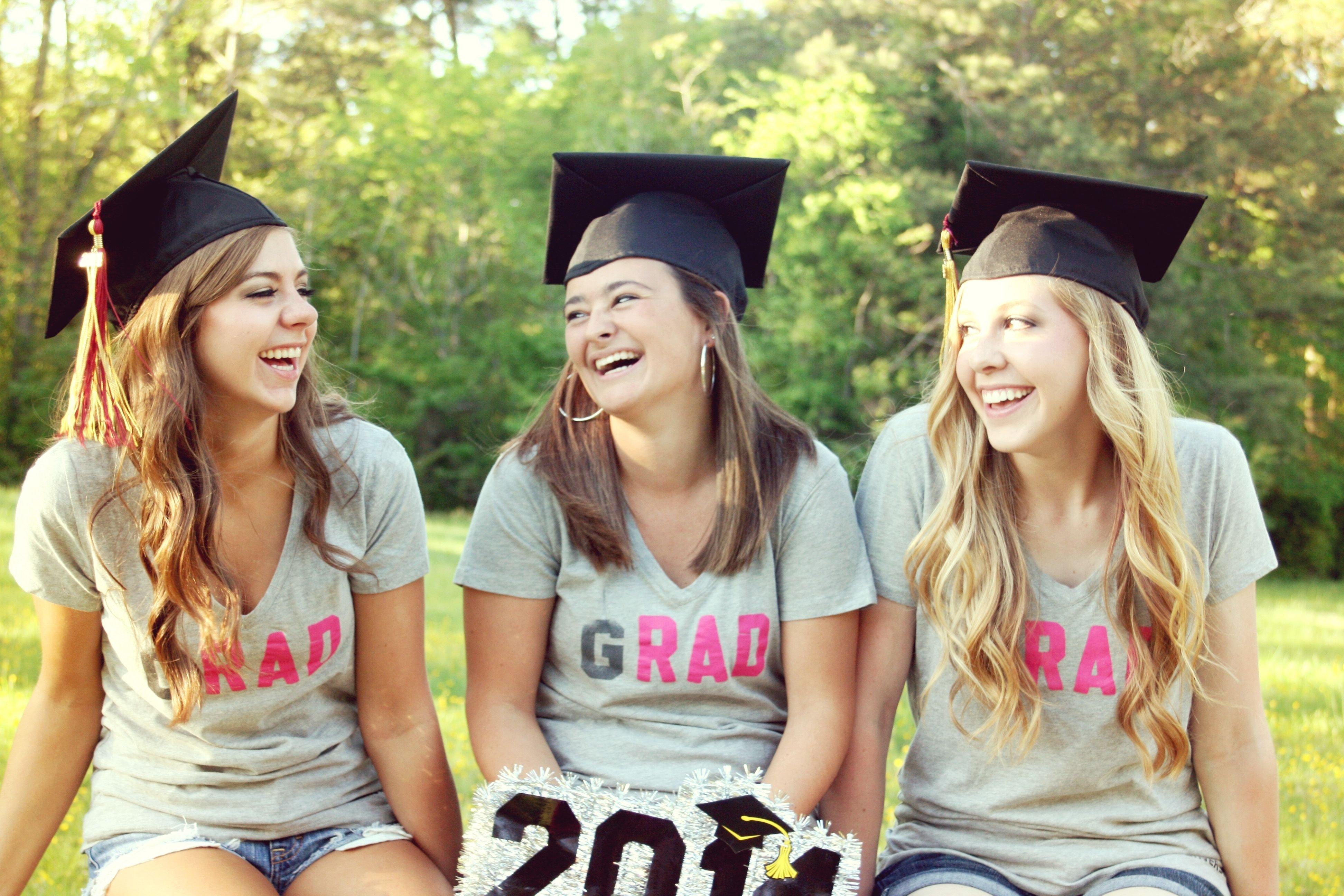 10 Nice Picture Ideas For Best Friends graduation picture idea best friend photo shoot college 2 2021