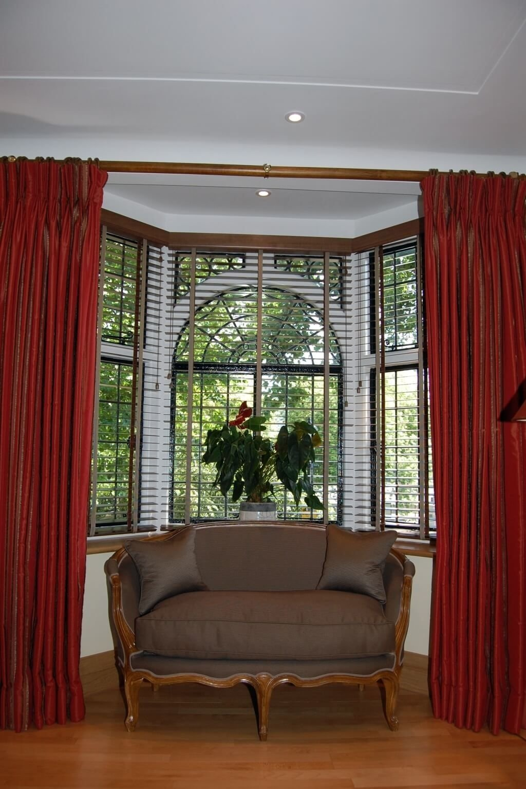 home decoration: inspiring window treatment ideas for bay windows