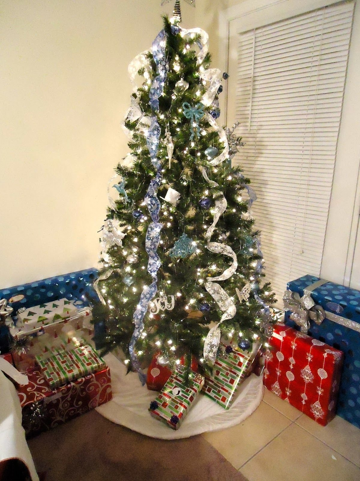 10 Fabulous Cheap Christmas Tree Decorating Ideas houses are decorated exchanging gifts christmas trees are