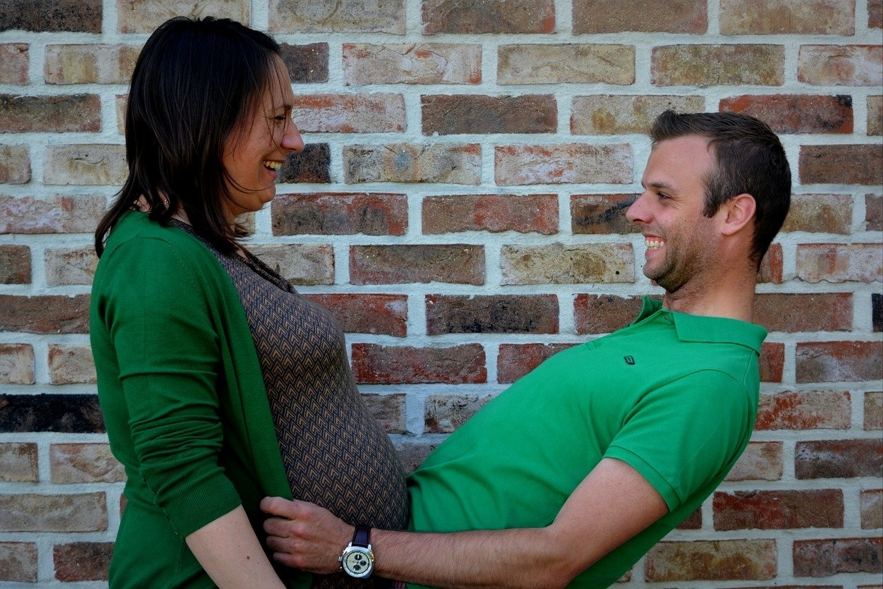 10 Fantastic Pregnancy Picture Ideas For Couples how to plan a romantic valentines day for pregnant women 2020