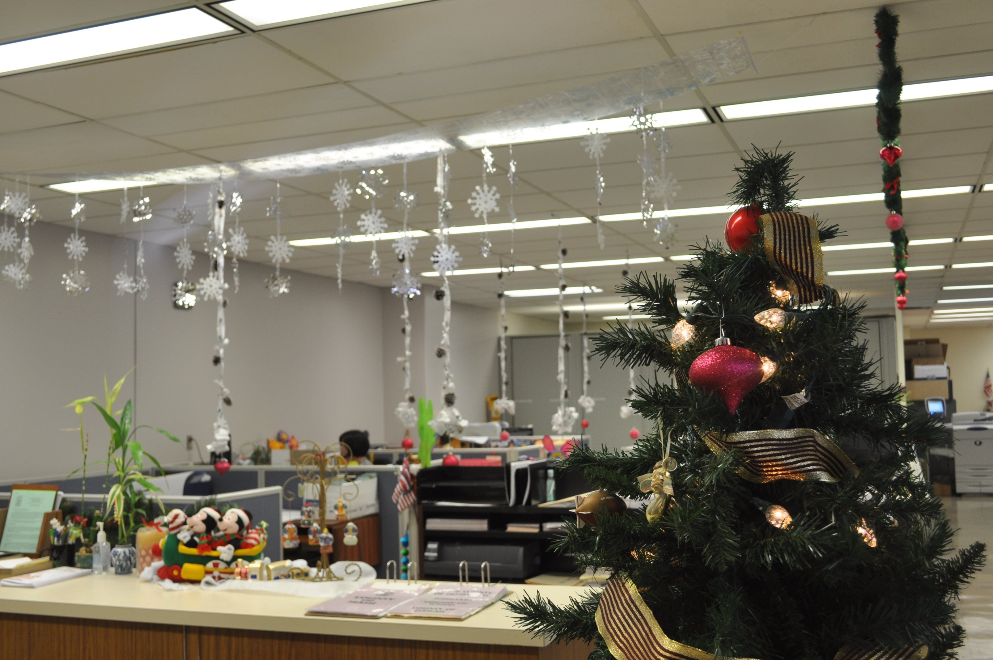 10 Spectacular Office Decorating Ideas For Christmas ideas office christmas decorating contest memes home living now 2021