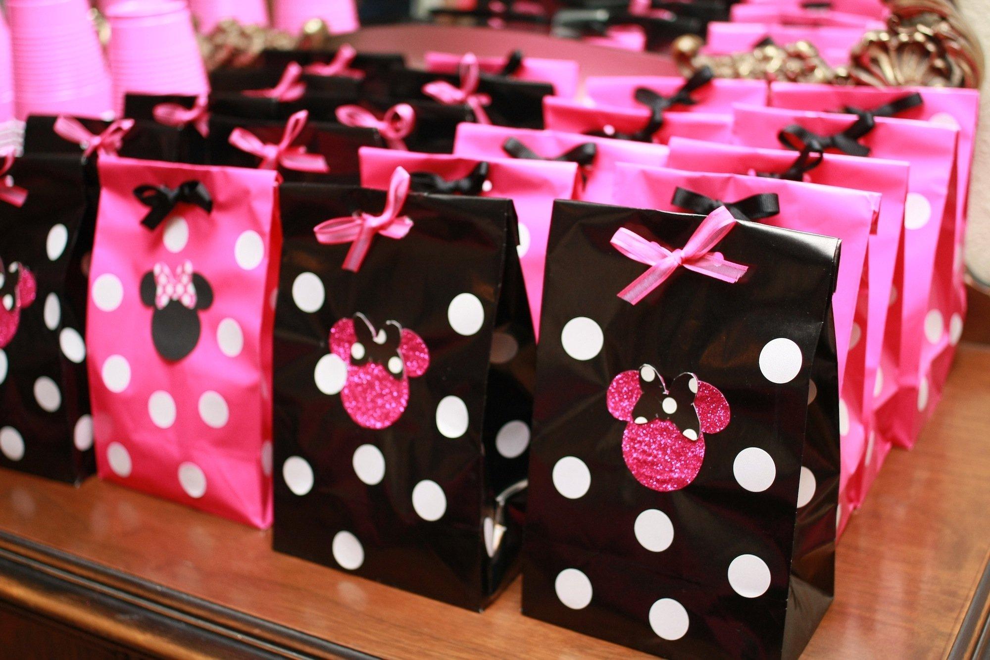 10 Fashionable Minnie Mouse First Birthday Ideas minnie mouse nicolenjoli photography 2021