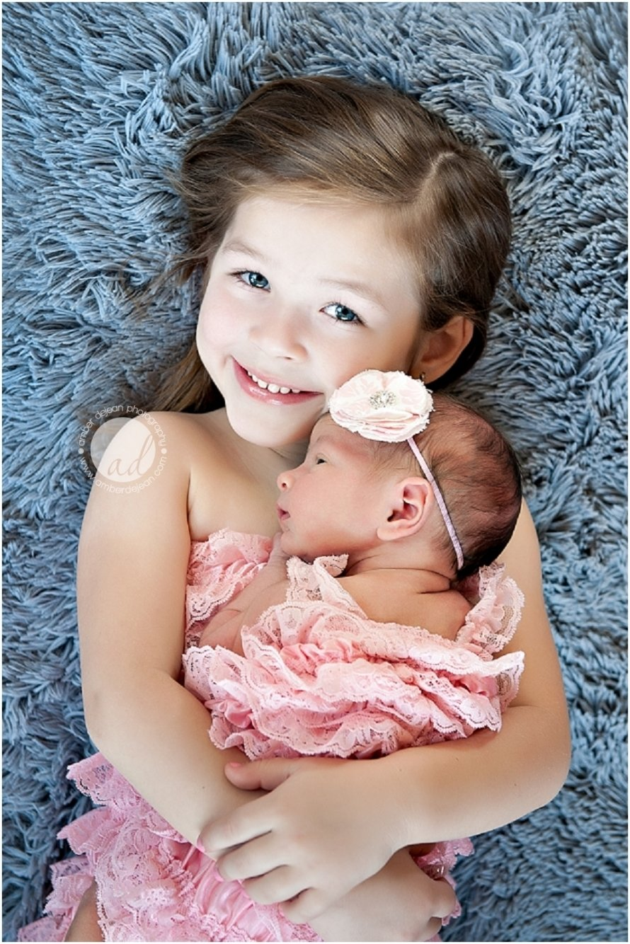 10 Stylish Newborn Photo Ideas With Siblings omg i can imagibe autumn having a baby sister in the future or a