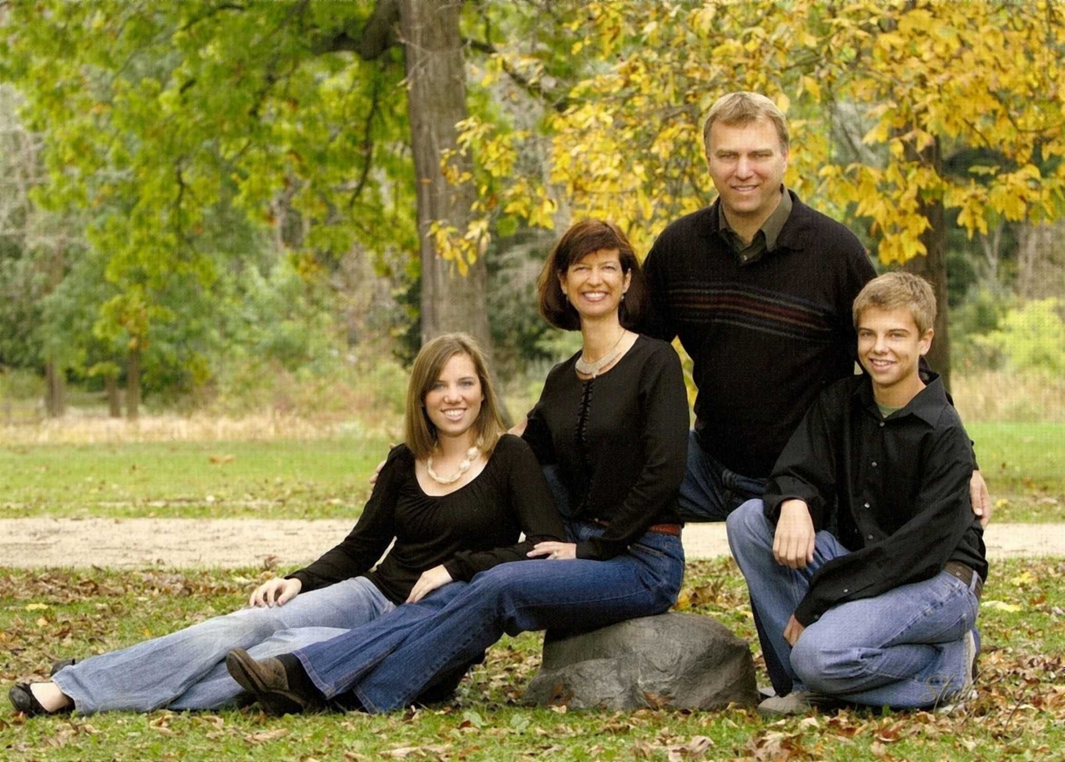 10 Trendy Family Photo Ideas With Teenagers outdoor photography poses family with teens jill is a mother of 2020