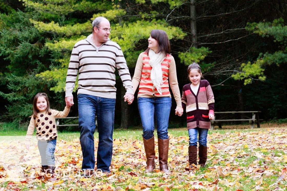 10 Spectacular Family Picture Ideas What To Wear outdoor small family walking casual family portrait idea what 2020
