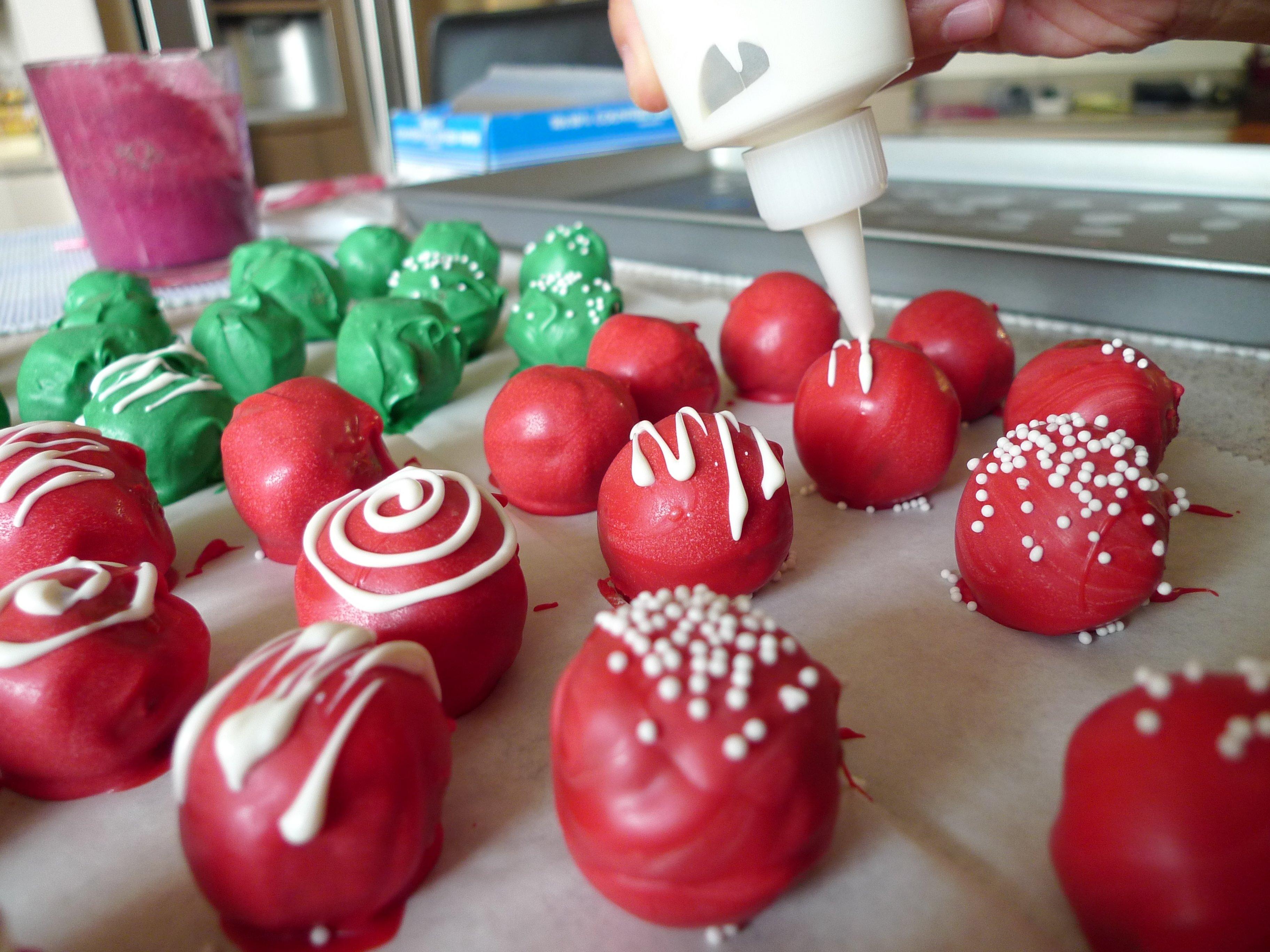 10 Elegant Cake Pop Ideas For Christmas red velvet cake balls food comas 2020