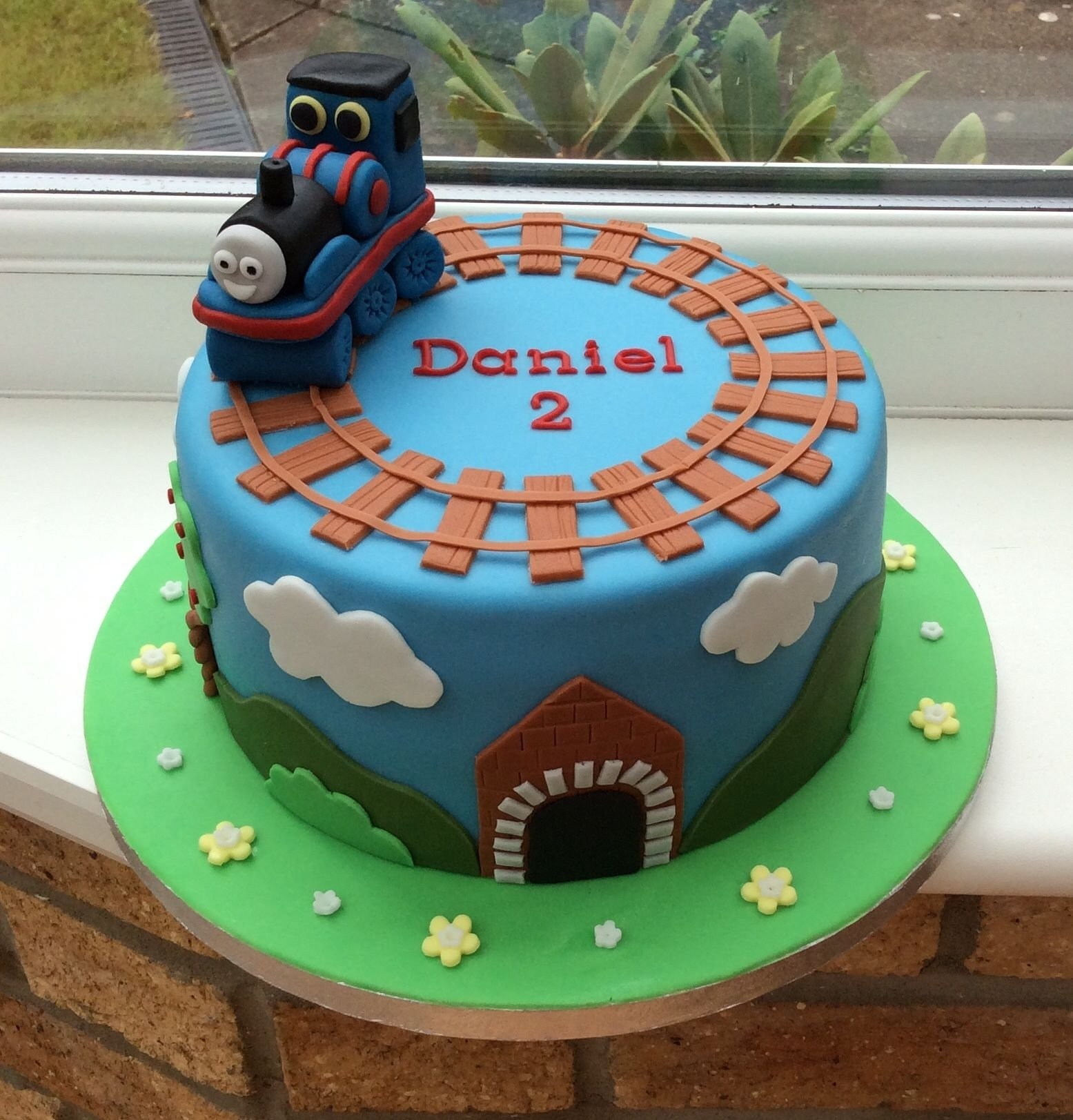 thomas cakeinstead of a fondant thomas, i'd just put a toy thomas