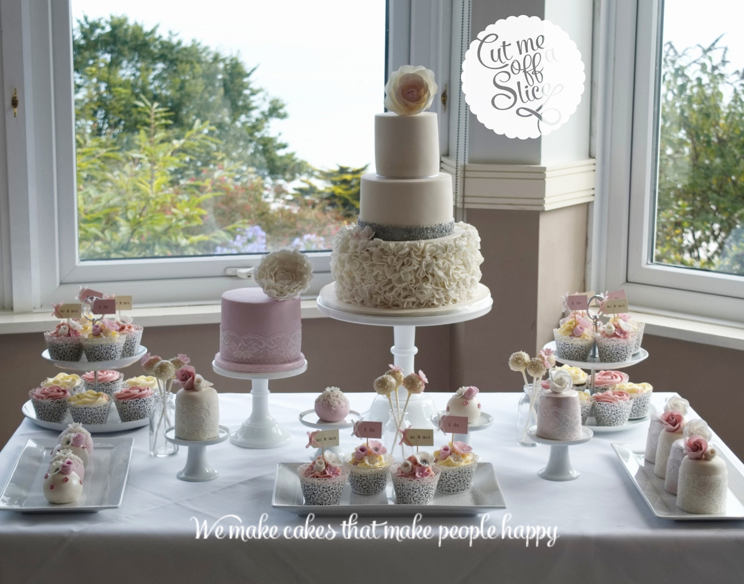10 Wonderful Wedding Cake Table Decorations Ideas
