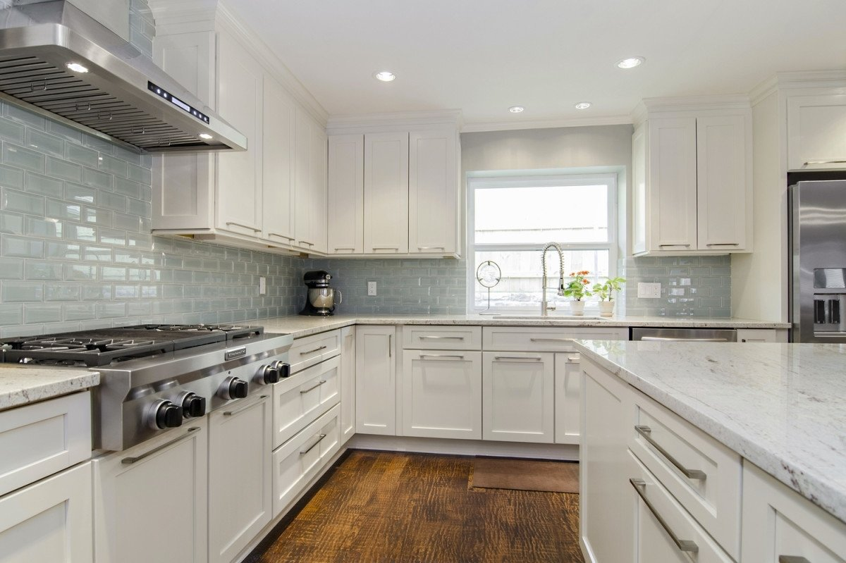 white granite white cabinets backsplash ideas